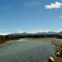 Rio que corta a estrada para a Estância
