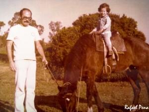 """Meu pai e eu, montado no """"Onofre"""" (um dos cavalos da Fazenda)"""